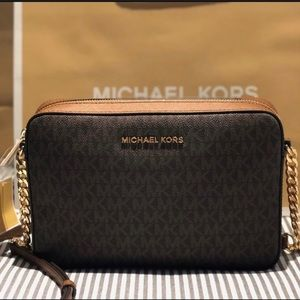✨NWT ✨ MK Crossbody, a must Have
